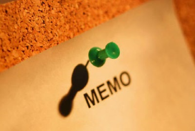 Image of memo pinned to cork board signifying the need to identify project issues management needs.
